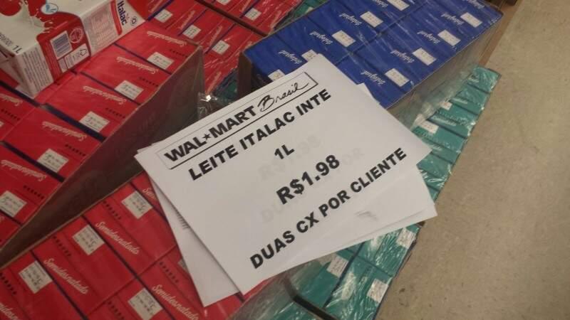 Walmart anunciou promoção de leite integral por R$ 1,98, mas da marca, só tem a opção de desnatado e semi-desnatado. (Foto: Renata Volpe Haddad)