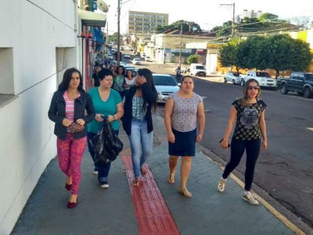 Alunos do Cebrac percorrem ruas do Centro para juntar latinhas e ajudar na campanha (Foto: divulgação)