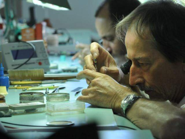 O trabalho e minucioso,  exige paciência e dedicação.  (Foto: Alcides Neto)