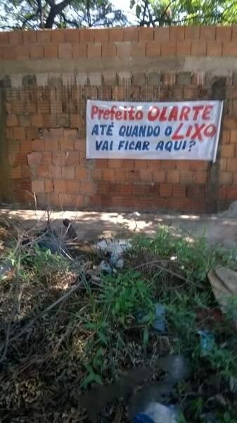 A faixa foi uma forma silenciosa e pacifica encontrada pelo morador a respeito do caso.(Foto:Direto das Ruas)