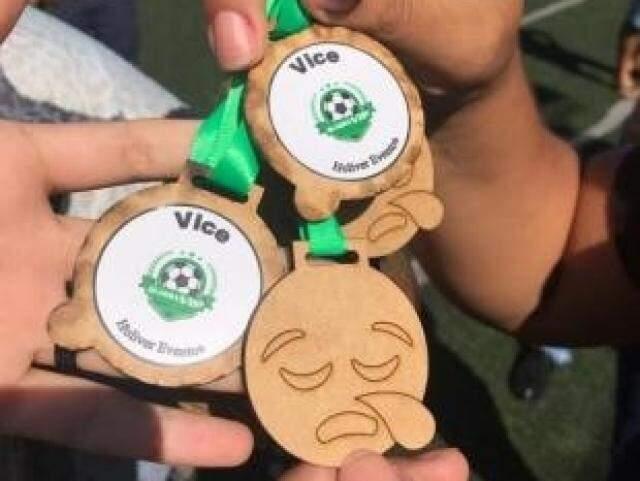 Medalhas com emoji de tristeza foram entregues para crianças derrotadas em final (Foto: Direto das Ruas)