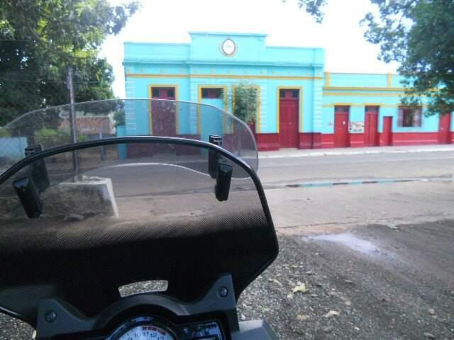 Moto parada em frente a estação de Corumbá.