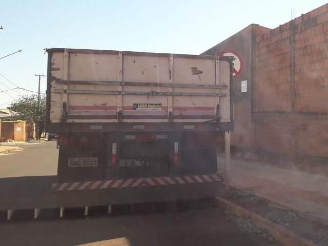 Mesmo com faixa amarela e placa indicando proibição , motorista de carreta estacionou (Foto: Direto das Ruas)