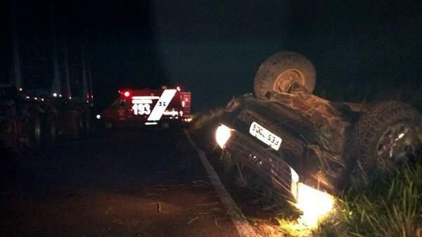 Veículo capotou e ficou fora da pista. (Foto: Chapadão do Sul)