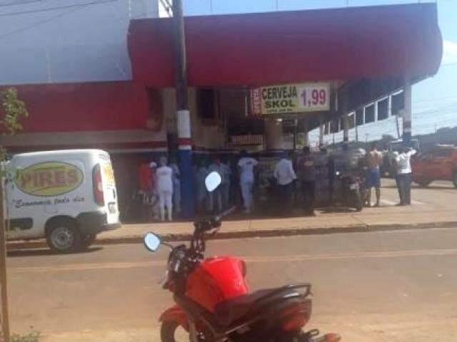Funcionários do lado de fora do supermercado quando correu princípio de incêndio (Foto: Direto das Ruas)