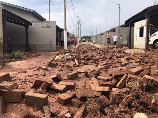 Enxurrada levanto os tijolos da rua principal, que ficaram amontados pelo caminho (Foto: Fernanda Palheta)