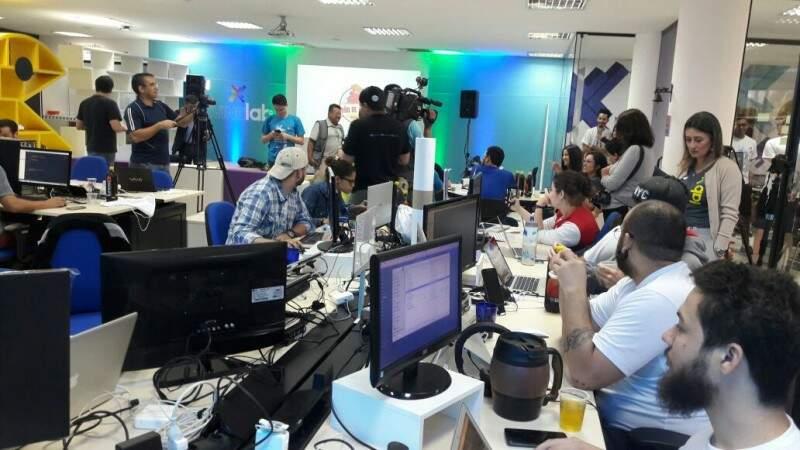 Evento reúne 20 equipes formadas por profissionais e estudantes interessados em tecnologia. (Foto: Divulgação)