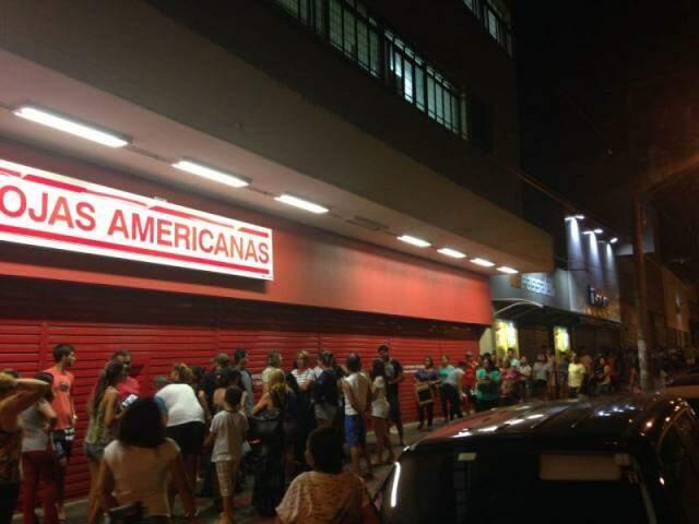 Fila dobrou a quadra a espera de abertura de loja nesta madrugada (Foto: Direto das Ruas)