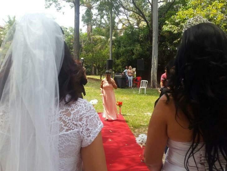Dona Terezinha entrou pelo tapete vermelho com as alianças e vestida de todo o amor pela filha e a nora