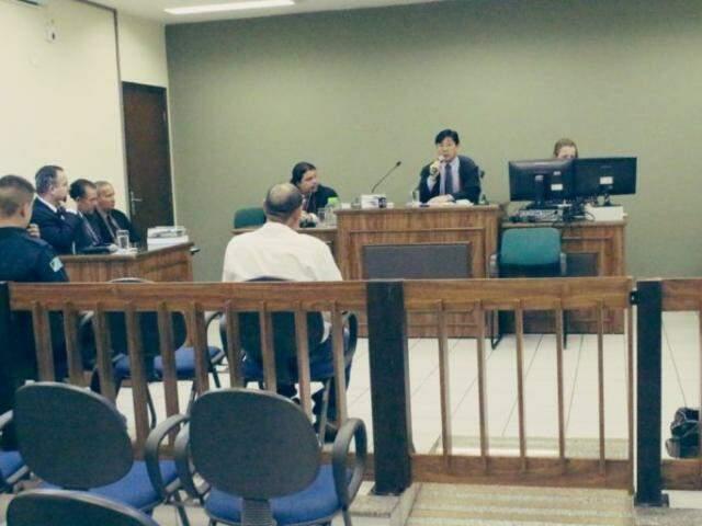 Rufino sendo submetido ao julgamento na cidade. (Foto: Rio Brilhante em Tempo Real)