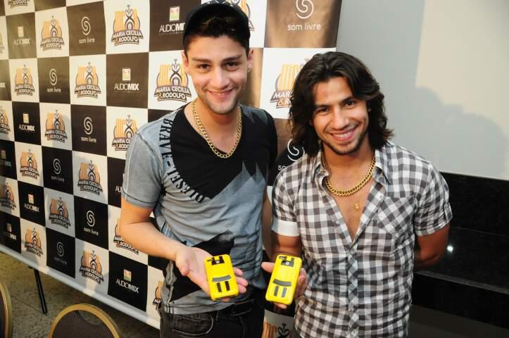 Munhoz e Mariano e a capinha de celular em forma de Camaro amarelo. (Foto: Rodrigo Pazinato)