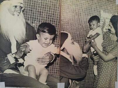 Bebê Nelsinho chorando no colo de Papai Noel e depois acalmado pela mãe (Foto: Facebook)
