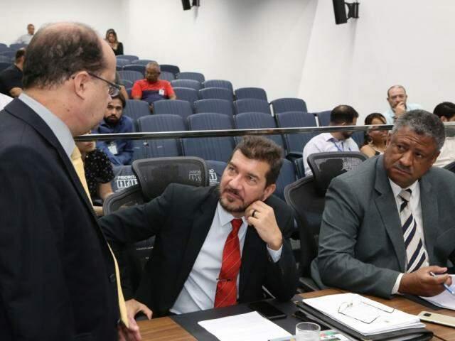 Deputados José Carlos Barbosa (DEM), Pedro Kemp (PT) e João Grandão (PT), durante sessão (Foto: Victor Chileno/ALMS)