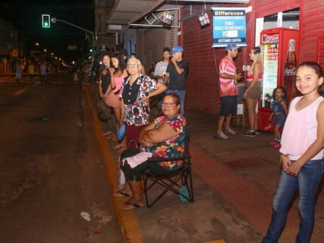 Cleide levou cadeira para assistir ao filho desfilar (Foto: Paulo Francis)