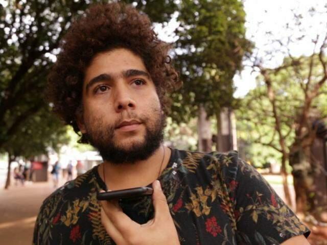 """Nas ruas, Guilherme topou ligar para uma pessoa que gosta e dizer """"eu te amo"""". (Foto: Kísie Ainoã)"""