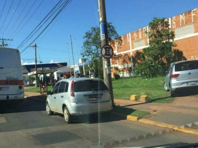 Veículos estacionados em local proibido atrapalham a parada dos ônibus. (Foto:Direto das Ruas)
