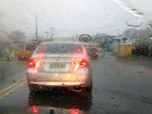 Fluxo de veículos na região da Avenida Ceará, esquina com Rua Capital, ficou lento por conta da chuva (Foto: Direto das ruas)
