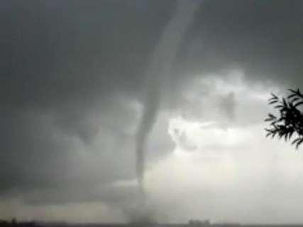 Tornado assusta moradores em área rural no interior; veja o vídeo