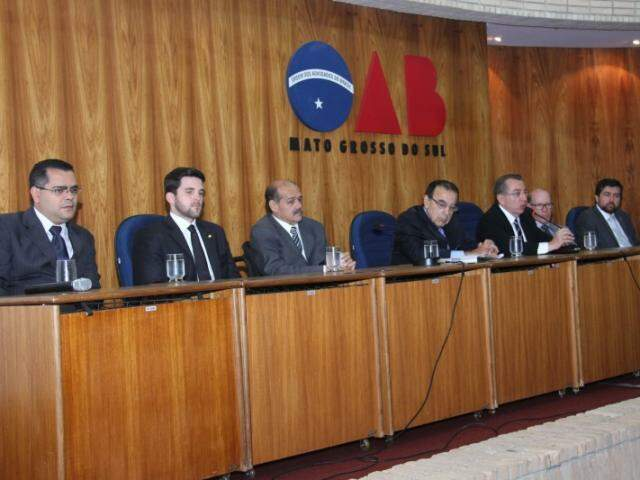 Mesa solene do evento foi composta por autoridades do judiciário e da OAB de MS (Foto: Alan Nantes)