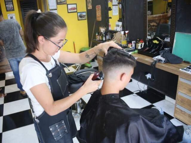 Com concorrência acirrada, salões e barbearias oferecem diferenciar para conquistar cliente. (Foto: Paulo Francis)