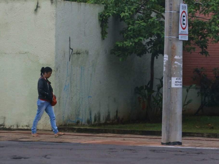 Pedestre se protege do frio; dia amanheceu 'sem sol' e fresquinho em Campo Grande (Foto: André Bittar)