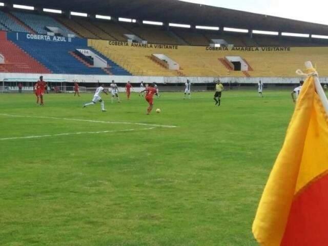 Depois de abrir dois gols de vantagem, Novo viu o Comercial empatar a partida no Morenão com portões fechados. (Foto: Nyelder Rodrigues)