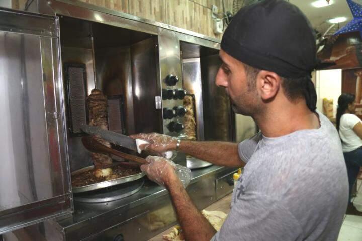 Yasser mora há um ano e sete meses em Campo Grande e abriu a Shawarma Árabe com o amigo há dois meses (Foto: Fernando Antunes)