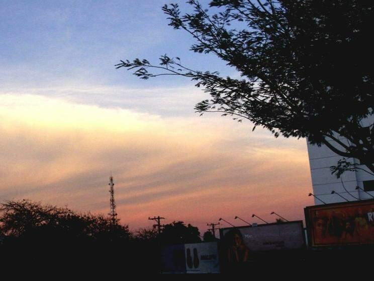 O céu de Campo Grande amanheceu encoberto de nuvens e previsão é de chuva  (Foto: Saul Schramm)