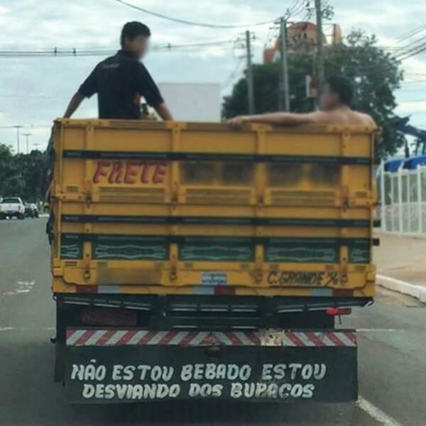 Protesto bem humorado em caminhão na Avenida Cônsul Assaf Trad, ontem (Foto: Debora Bah)
