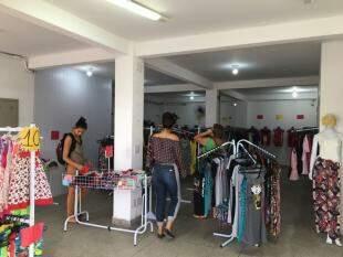 Nas araras de vestidos, o colorido de verão surge em modelos de jacquard, por R$ 20,00. Foto Divulgação