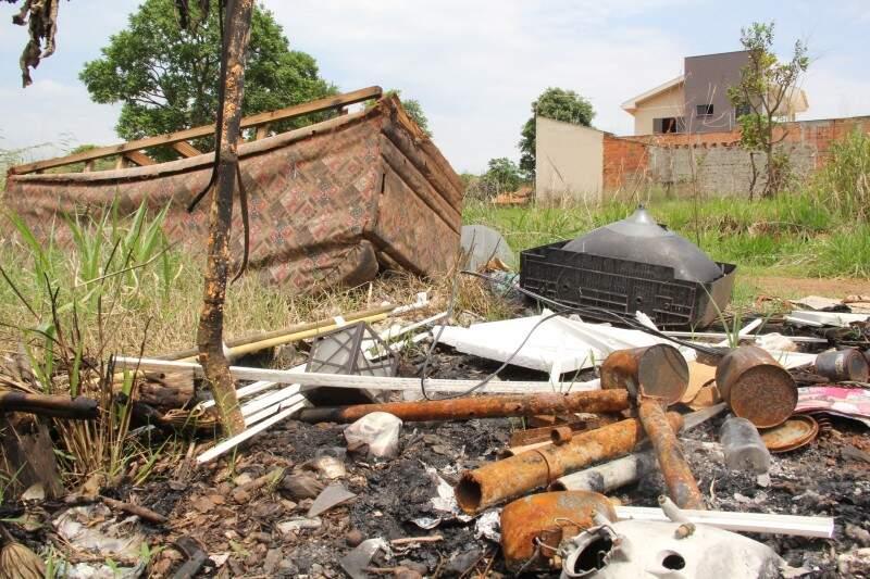 A falta de manutenção do terreno preocupa os moradores da região.(Foto:Marcos Ermínio).