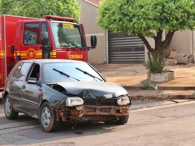 Carro ficou bastante danificado na colisão, no bairro Universitário (Foto: Henrique Kawaminami)