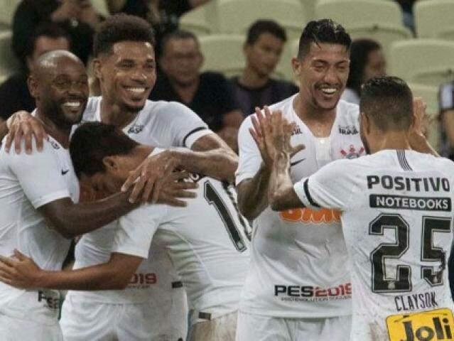 Comemoração dos jogadores diante do bonito placar da noite. (Foto:Corinthians/FC)