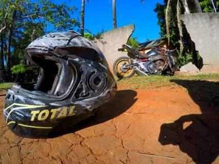 Jovem de 18 anos morre ao bater moto importada em muro de casa