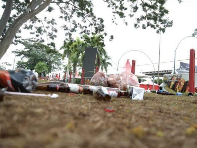 Rastro de lixo deixado pelos campo-grandenses após Réveillon na Cidade do Natal. (Foto: Paulo Francis)
