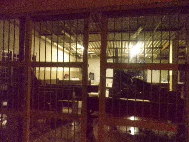 Vidros de todas as portas foram destruídos no ataque de fúria (Foto: Jane Araújo/Repórter News)