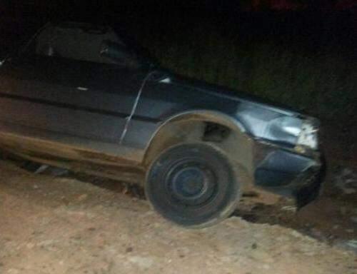 Veículo ficou inclinado e por pouco não tombou em rua do Nova Lima. (Foto: Direto das Ruas)