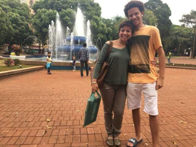 Sandra Luz e o filho mais velho, na Praça Ary Coelho. (Foto: Arquivo Pessoal)