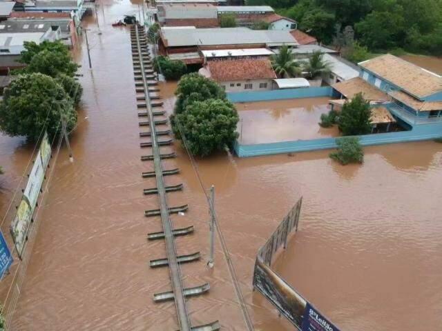 Em Aquidauana, com cheia de rio, passarela erguida pelo Exército foi necessária para garantir acesso ao município. (Foto: André Bittar)
