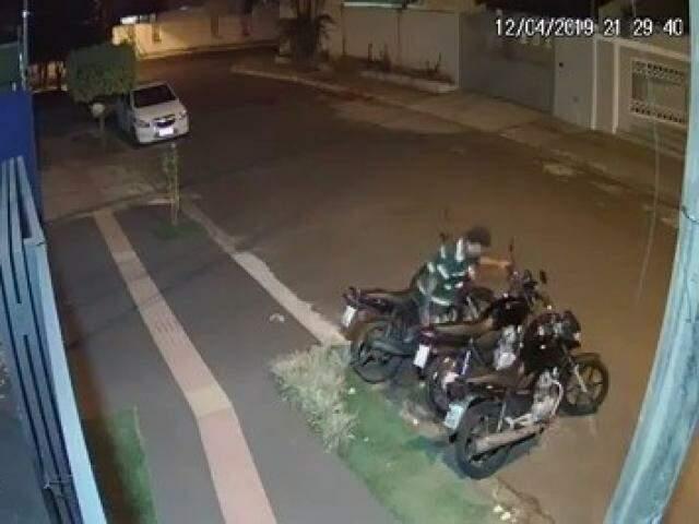 Momento em que homem furta moto estacionada em frente de academia (Foto: Divulgação)