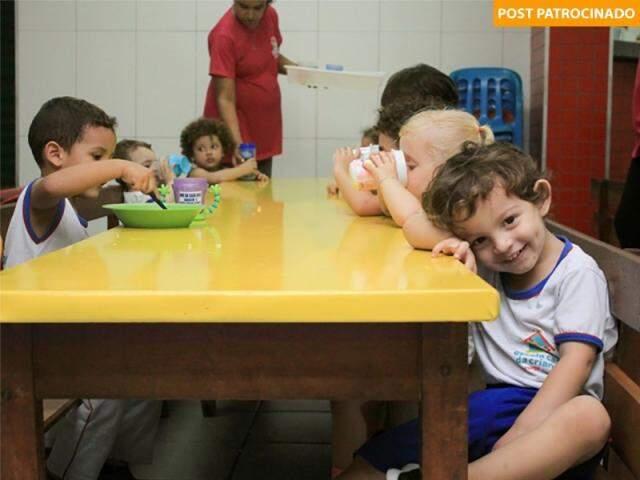 Os alunos do integral recebem almoço e jantar e as refeições são preparadas na cozinha da própria escola. (Foto: Marina Pacheco)