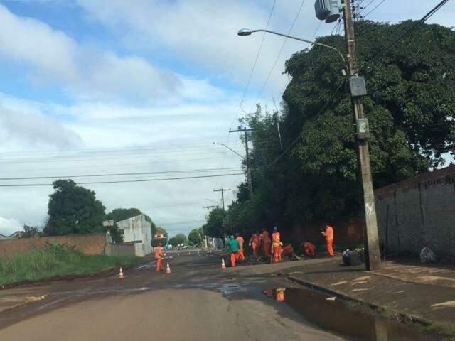 Buraco sendo fechado na rua das Camélias ( Foto direto das ruas)