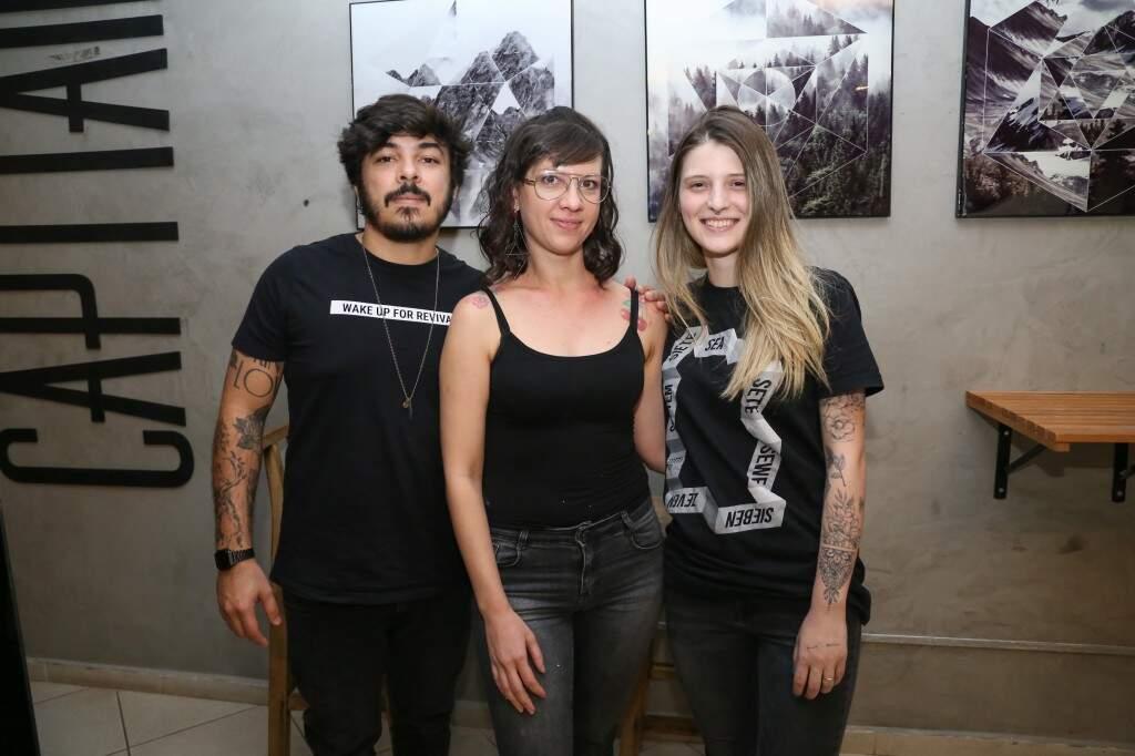 Cris ao lado dos donos do estúdio, Gabriel e Amanda, que lhe deram a oportunidade. (Foto: Paulo Francis)