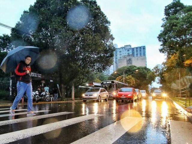 Segunda-feira amanhece chovendo em Campo Grande. (Foto: André Bittar)