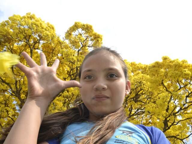 Raquel de Paula, aluna do colégio Evangélico. Na quadra da escola, um pé de ipê chama a atenção de quem passa. (Foto: Minamar Junior)