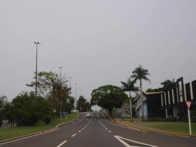 Dia começando com céu nublado na Avenida Afonso Pena, uma das mais movimentadas da cidade (Foto: Paulo Francis)