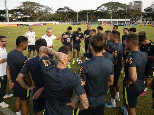 Tite conversa com elenco no último treino contra Nigéria (Foto: CBF/Divulgação)