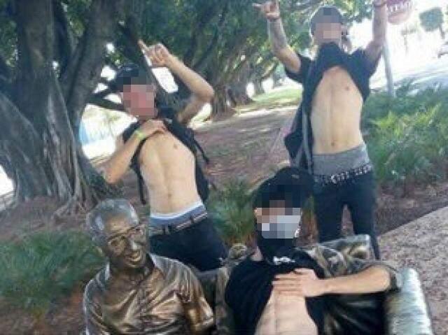 Publicação das imagens em um perfil do Facebook ajudou na identificação dos rapazes. (Foto: Direto das Ruas)