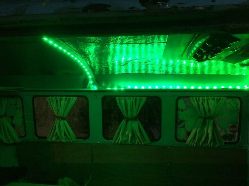 O interior da Kombi a noite, com as luzes de LED acesas. (Foto: Acervo Pessoal)