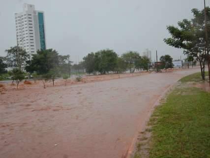 Chuva forte faz Via Parque virar rio e transforma trânsito em caos; veja vídeo